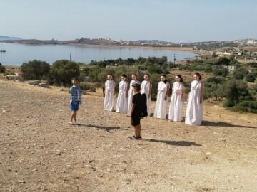 Στιγμιότυπο από δρώμενο μαθητών στο Αρχαίο Θέατρο Θορικού