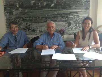 Στιγμιότυπο από την υπογραφή της σύμβασης : κ. Σταύρος Μπένος, κ. Θανάσης Κανταρτζής, κ. Άννα Μαρία Σκυλακάκη