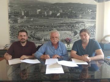 Στιγμιότυπο από την υπογραφή της σύμβασης με τον πρόεδρο του Διαζώματος, κ. Σταύρο Μπένο, και τους κ.κ. Στάθη Καλογερόπουλο και Χρήστο Χιώτη
