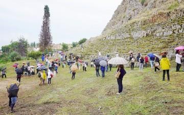 Το θέατρο στη Χαιρώνεια, σμιλεμένο στον βράχο. Η ορχήστρα δεν έχει αποκαλυφθεί.