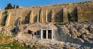Άποψη του χορηγικού μνημείου του Θρασύλλου στην πρόσοψη του μεγάλου σπηλαίου επάνω από το αρχαίο Θέατρο του Διονύσου, στην νότια πλαγιά της Ακρόπολης. Φωτο: με την χρήση drone Κ. Αρβανιτάκης). Πηγή: www.lifo.gr