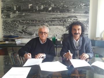 Στιγμιότυπο από την υπογραφή της σύμβασης ανάμεσα στον πρόεδρο του Διαζώματος, κ. Στ. Μπένο και το νόμιμο εκπρόσωπο της «ΕΤΑΜ ΑΕ» κ. Νικ. Δρακωνάκη