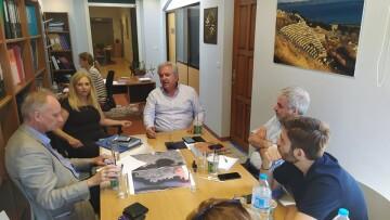 Στιγμιότυπο από τη συνάντηση της αντιπροσωπίας του Διαζώματος με τον Δήμαρχο Λαυρεωτικής, κ. Δημήτρη Λουκά και τη Γενική Γραμματέα, κ. Κατερίνα Πάλλη