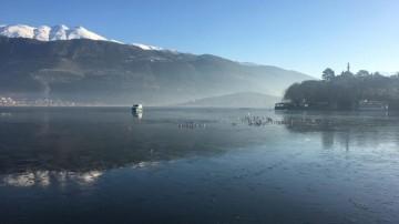 H Λίμνη των Ιωαννίνων παγωμένη. Φωτογραφία Hellas Journal.