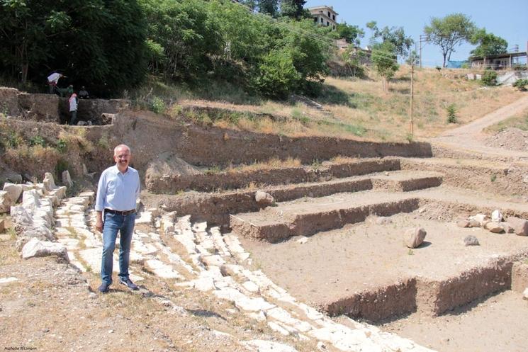Le Prof. associé Akın Ersoy, directeur des fouilles du théâtre antique de Smyrne/Izmir ©Nathalie Ritzmann