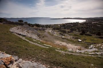 Παναραμική άποψη του θεάτρου με θέα τον όρμο του Θορικού