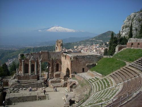 Άποψη του αρχαίου θεάτρου. Στο βάθος διακρίνονται οι κορυφές της Αίτνας. πηγή: Wikipedia