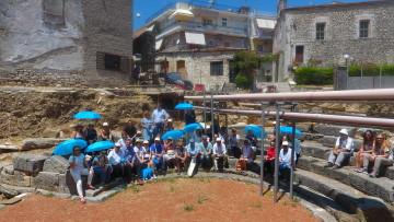 Στο αρχαίο θέατρο της Αμβρακίας μετά την ολοκλήρωση της ενημέρωσης από την Έφορο της ΕΦΑ Άρτας, κ. Βαρβάρα Παπαδοπούλου