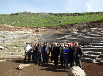 Εικ. 1: Εικόνα από την επίσκεψη του κ. Σταύρου Μπένου στο αρχαίο θέατρο των Γιτάνων.