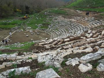 Εικ. 29: Συνολική άποψη του αρχαίου θεάτρου των Γιτάνων.