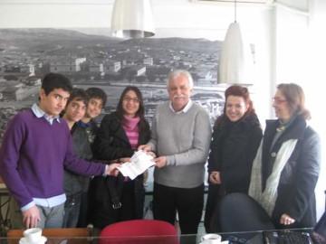 Από τα αριστερά διακρίνονται οι μαθητές Κωνσταντίνος Πολυζώης, Νίκανδρος Κεπέσης, Στάθης Αθανασόπουλος, Νίκη Γεωργακοπούλου, ο πρόεδρος του Διαζώματος κ. Σταύρος Μπένος και οι καθηγήτριες κ.κ. Μαίρη Μπελογιάννη και Εύη Ζερβού.