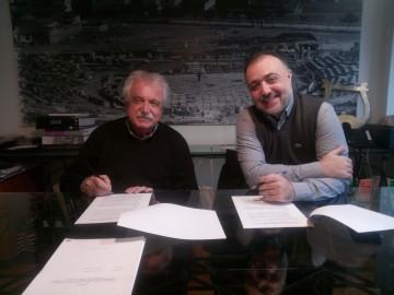 Στιγμιότυπο από την υπογραφή της σύμβασης. Τη σύμβαση υπέγραψαν εκ μέρους τουΣωματείου, ο πρόεδρος, κ. Σταύρος Μπένος και εκ μέρους της Εταιρείας, o διευθύνων σύμβουλος, κ. Εμμανουήλ Ψαρρός.