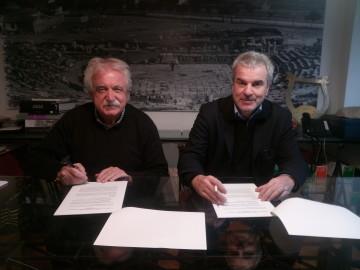 Στιγμιότυπο από την υπογραφή της σύμβασης. Ο κ. Σταύρος Μπένος, πρόεδρος του Διαζώματος και ο οικονομολόγος κ.  Νίκος Schmidt.