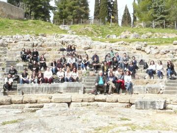 Στιγμιότυπο από την έρευνα πεδίου με τους φοιτητές στο αρχαίο θέατρο του Ορχομενού Βοιωτίας.