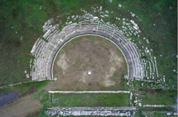 Θέατρο Μεγαλόπολης.  Αεροφωτογραφία του κοίλου, 2008 (φωτ. Κ. Ξενικάκης)
