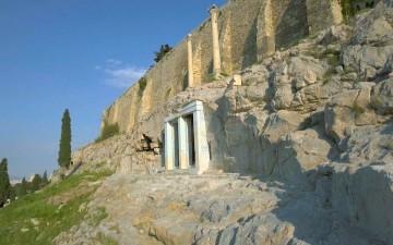 Αποψη του μνημείου του Θρασύλλου επάνω από το Θέατρο του Διονύσου στη νότια πλαγιά της Ακροπόλεως (φωτ. με τη χρήση drone του Κ. Αρβανιτάκη).