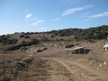 Άποψη του αρχαιολογικού χώρου. Σε πρώτο πλάνο διακρίνεται το αρχαίο Γυμνάσιο και στο λόφο διαγράφεται το φερόμενο κοίλο του αρχαίου θεάτρου (2013)