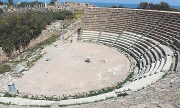 Εμβληματικό και σημαίνον μνημείο της Κύπρου είναι το αρχαίο θέατρο της Σαλαμίνας.