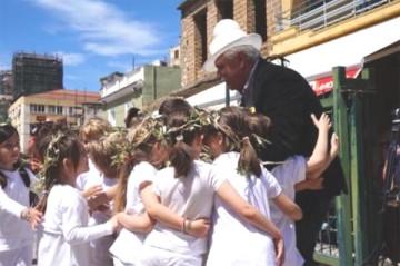 Εικ. 2: Τα παιδιά αγκαλιάζουν τον πρόεδρο του ΔΙΑΖΩΜΑΤΟΣ, κο Σταύρο Μπένο.