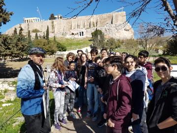 Οι μαθητές ξεναγοί της Ιωνιδείου Σχολής ξεναγούνται από τον κ. Κωνσταντίνο Μπολέτη στο αρχαίο θέατρο του Διονύσου