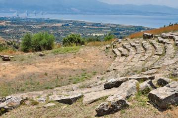 Το αρχαίο θέατρο Μακύνειας.