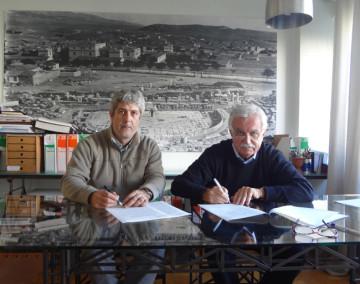 Στιγμιότυπο από την υπογραφή της σύμβασης για την ανάθεση της μελέτης για το έργο «Γεωμετρική τεκμηρίωση αρχαίου θεάτρου Μικροθηβών με τη χρήση τρισδιάστατης σάρωσης».
