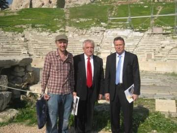 Από αριστερά διακρίνονται ο Αρχιτέκτονας-Αναστηλωτής κος Κων. Μπολέτης, ο Πρόεδρος του ΔΙΑΖΩΜΑΤΟΣ κος Σταύρος Μπένος και ο Νομάρχης Αθηνών κος Γιάννης Σγουρός.