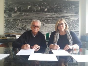 Στιγμιότυπο από την υπογραφή της σύμβασης μεταξύ του προέδρου του Διαζώματος και της κυρίας  Δαλκαφούκη Μαρίας, Διευθύνουσας Συμβούλου της εταιρείας