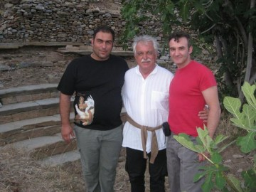 Από αριστερά διακρίνονται οι κ.κ. Γιώργος Ευγενικός, πρόεδρος του Πολιτιστικού Συλλόγου «Σιμωνίδης ο Κείος»,  Σταύρος Μπένος, πρόεδρος του «ΔΙΑΖΩΜΑΤΟΣ» και Νικόλαος Ορφανός, ηθοποιός και ιδρυτικό μέλος του «ΔΙΑΖΩΜΑΤΟΣ».