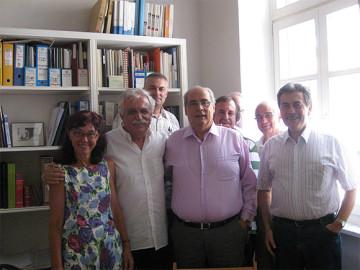 Στιγμιότυπο από την επίσκεψη στα γραφεία της ΚΣΤ΄ Εφορείας Προϊστορικών και Κλασικών Αρχαιοτήτων, από αριστερά διακρίνονται οι κ.κ. Χρυσουλάκη Στέλλα, Προϊσταμένη της Εφορείας, Σταύρος Μπένος, πρόεδρος του σωματείου «ΔΙΑΖΩΜΑ», Βαγγέλης Καζολιάς, πολιτικός μηχανικός, Βασίλης Μιχαλολιάκος, Δήμαρχος Πειραιά, Θανάσης Ανδρίτσος, συνεργάτης του αντιπεριφερειάρχη Πειραιά, Βασίλης Λαμπρινουδάκης, γραμματέας του διοικητικού συμβουλίου του σωματείου «ΔΙΑΖΩΜΑ» και Στέφανος Χρήστου, αντιπεριφερειάρχης Πειραιά.