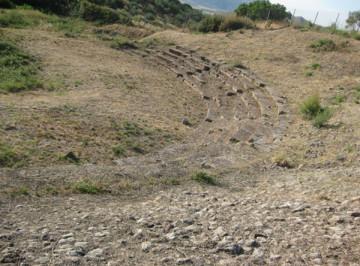Λεπτομέρεια του κοίλου του αρχαίου θεάτρου στο Καβίρειο της Θήβας.