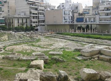 Το αρχαίο θέατρο της Ζέας.  Φωτογραφία από περιοδεία του προέδρου του «ΔΙΑΖΩΜΑΤΟΣ», κου Σταύρου Μπένου το 2010.