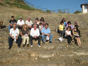 Στιγμιότυπο από τη ξενάγηση στο αρχαίο θέατρο στο Καβίρειο