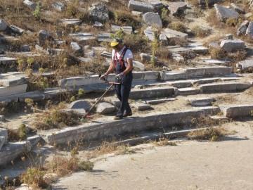 Στιγμιότυπο από τον καθαρισμό του μνημείου