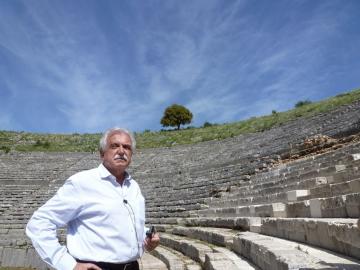 Ο πρόεδρος του Διαζώματος, κ. Σταύρος Μπένος στο Αρχαίο Θέατρο της Δωδώνης