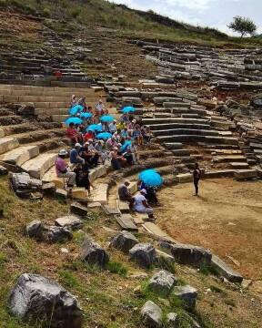 Στιγμιότυπο από την επίσκεψη στο θέατρο και ενημέρωση – συζήτηση με την αρχαιολόγο κ. Γεωργία Πλιάκου για την πορεία εξέλιξης των εργασιών στο αρχαίο θέατρο Γιτάνων (Ιούλιος 2018)