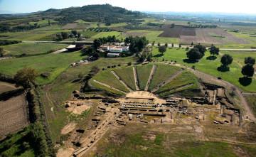 Αεροφωτογραφία του αρχαίου θεάτρου της Ήλιδας. Πλησίον του θεάτρου διακρίνονται οι εγκαταστάσεις της παλιάς Αρχαιολογικής Συλλογής (σήμερα Μουσείο της Ιστορίας των Ανασκαφών της Ήλιδας) και στο φόντο ο λόφος της ακρόπολης.