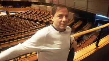 Ο Δημήτρης Λιγνάδης στο Ευρωκοινοβούλιο κατά την παρουσίαση των «Μαθημάτων Πολέμου»