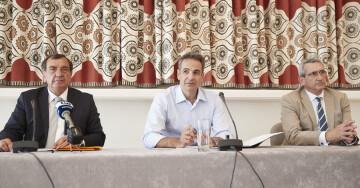 (ΞΕΝΗ ΔΗΜΟΣΙΕΥΣΗ) Ο πρωθυπουργός Κυριάκος (Κ) επισκέπτεται τη Σαντορίνη, Σάββατο 13 Ιουνίου 2020. Ο πρωθυπουργός επισκέπτεται το νησί της Σαντορίνης με αφορμή το επικείμενο άνοιγμα του τουρισμού. ΑΠΕ-ΜΠΕ/ΓΡΑΦΕΙΟ ΤΥΠΟΥ ΠΡΩΘΥΠΟΥΡΓΟΥ/ΔΗΜΗΤΡΗΣ  ΠΑΠΑΜΗΤΣΟΣ
