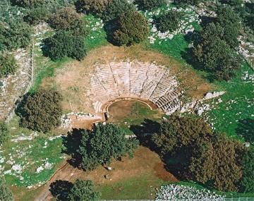Αεροφωτογραφία του θεάτρου των Οινιαδών.