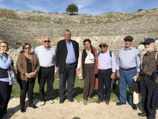 The team in action: Epirus Regional Governor Alexandros Kachrimanis (c), Diazoma head Stavros Benos (l) and former culture minister Lydia Koniordou (r) at the ceremonial launch at Ancient Dodoni.