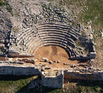Αεροφωτογραφία του θεάτρου μετά από τις εργασίες καθαρισμού και απομάκρυνσης του δομικού υλικό από τα εδώλια και την ορχήστρα