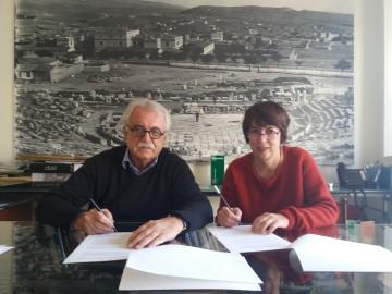 Στιγμιότυπο από την υπογραφή της σύμβασης με τον πρόεδρο του Διαζώματος, κ. Στ. Μπένο και την κειμενογράφο και αρχαιολόγο, κ. Κ. Σέρβη