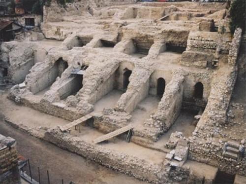 Εικ. 1: Τμήμα του ρωμαϊκού σταδίου της Πάτρας.