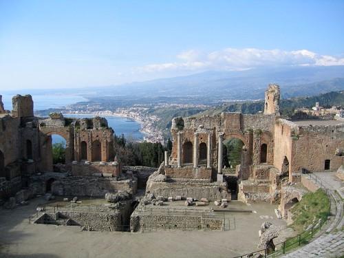 To αρχαίο θέατρο στην Ταορμίνα. πηγή: Wikipedia