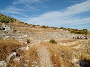 Το Αρχαίο Θέατρο Θορικού (2018). Σπίτια, εργαστήρια και στοές γύρω από το θέατρο αποτελούν έναν οικισμό και δείχνουν την πυκνότητα της κατοίκησης και την ποικιλία των δραστηριοτήτων των αρχαίων κατοίκων του Θορικού.